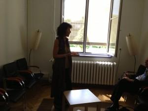 Marie-Frédérique présente la recherche menée dans la salle d'expérimentation clinique lors de l'inauguration de la plateforme